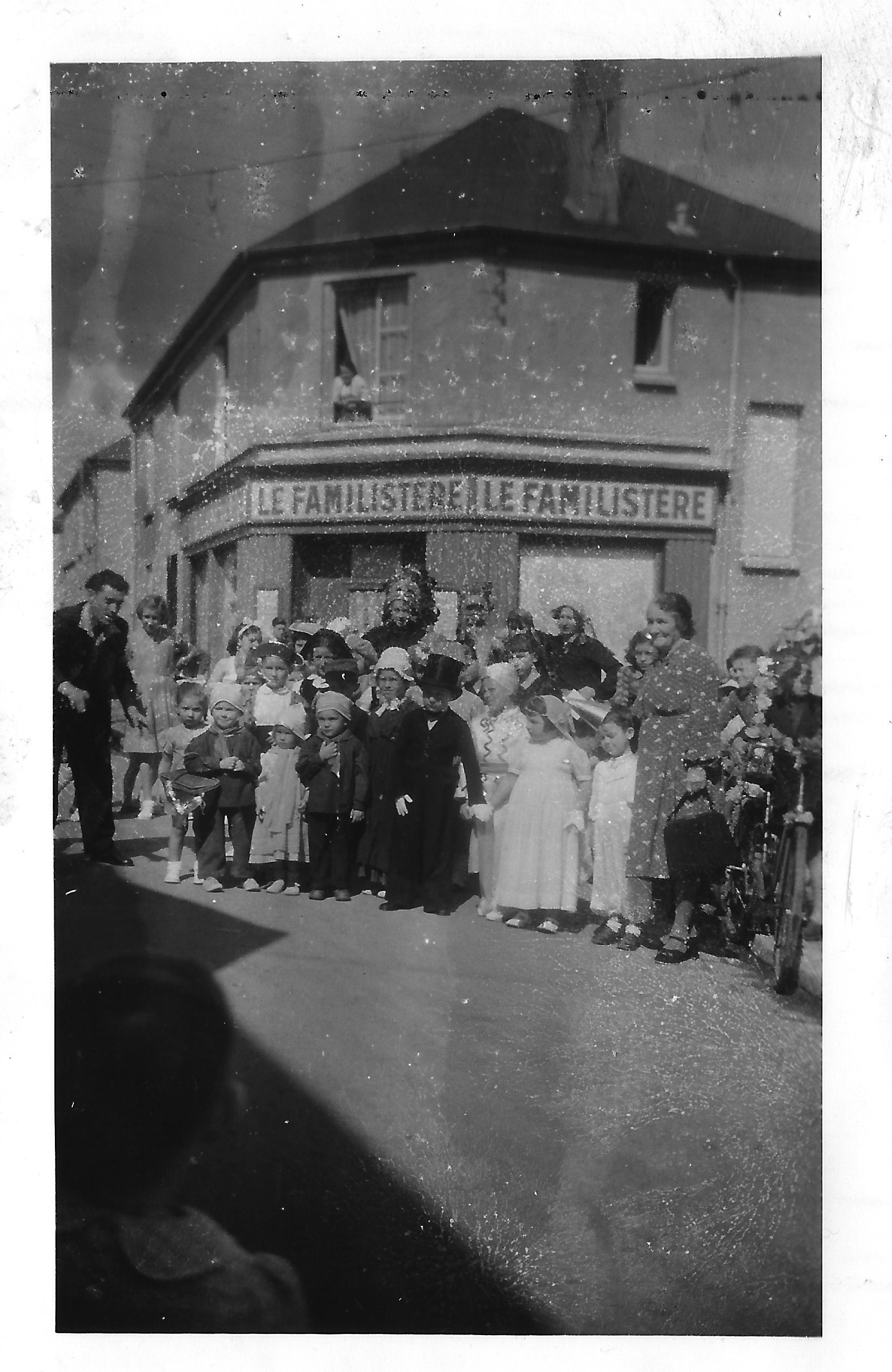 Les enfants déguisés devant le Familistère - Photo Lydie Gascoin