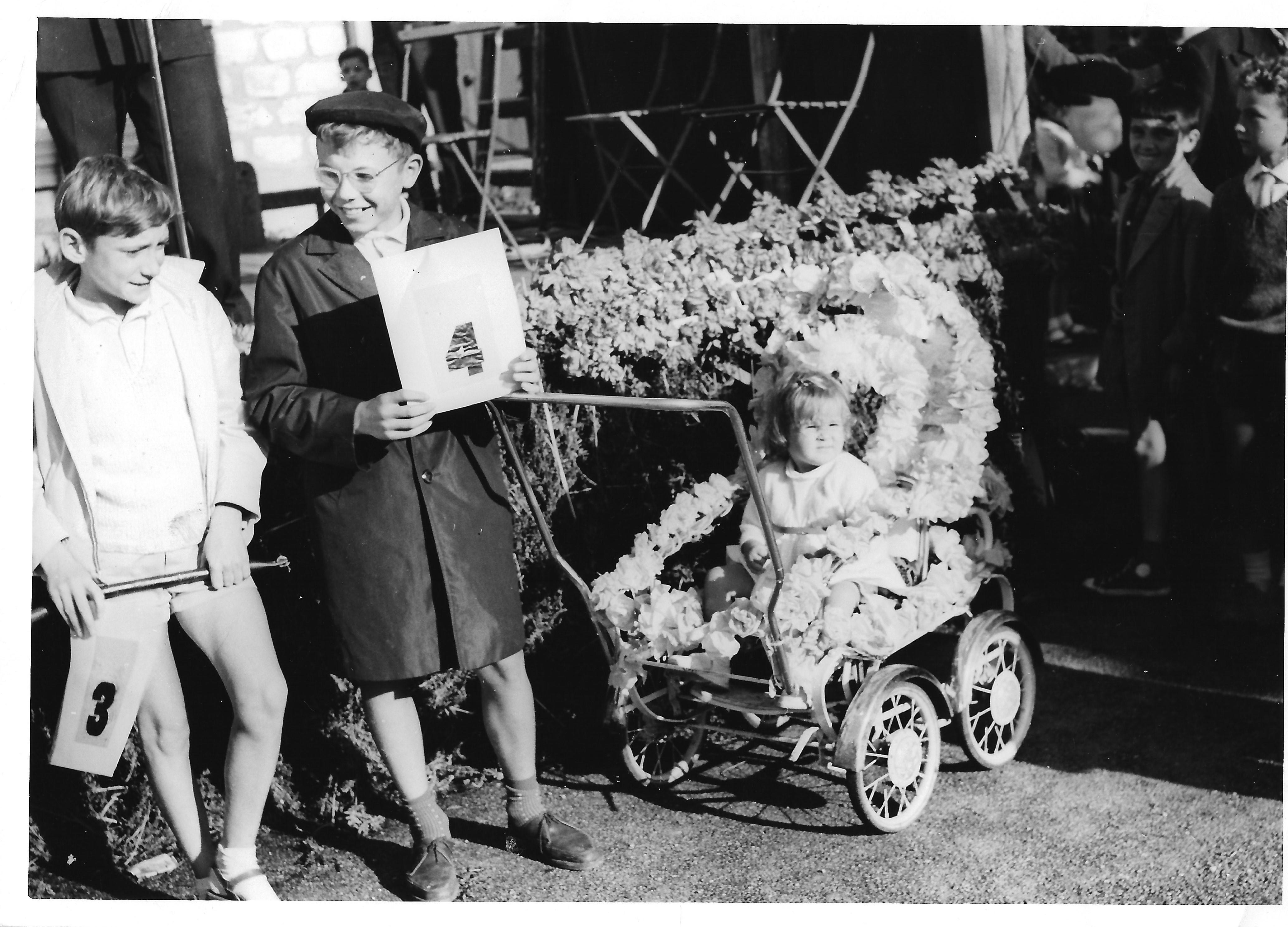 Un participant du concours de landaus fleuris - Photo Lydie Gascoin